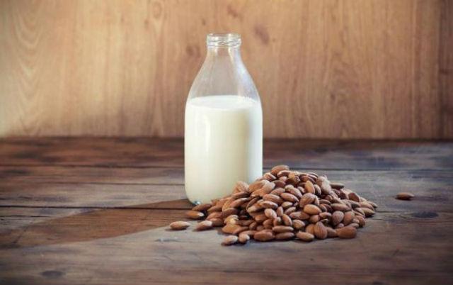 Aprenda a fazer leite de amêndoas em casa