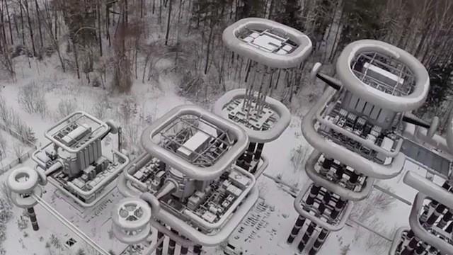 Drone faz imagens incríveis da gigantesca torre de Tesla em teste na Rússia