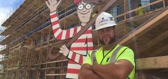 Pedreiro brinca para distrair crianças em hospital, Onde está Wally?