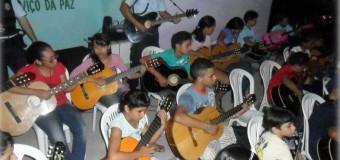 Policiais dão aula de violão para jovens de bairros violentos