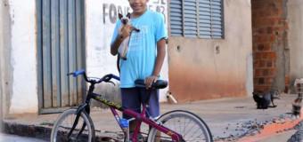 Garoto vende bike para alimentar 18 gatos de rua e tem grande surpresa