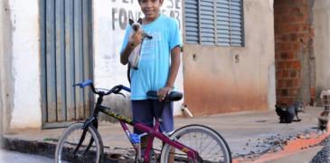 menino-gato-bike