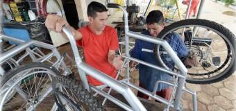 Detentos transformam bikes roubadas em cadeiras de rodas