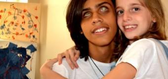 Menina vende quadros pra pagar transplante de córnea do amigo