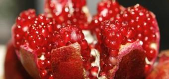 Época de Romã: 5 benefícios da fruta que também chama dinheiro